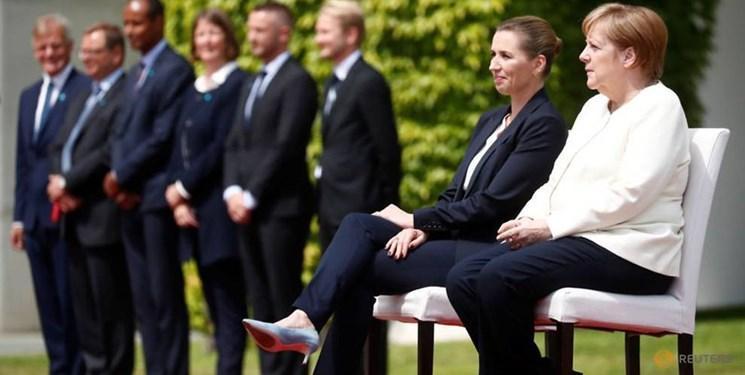 عکس، مرکل به صورت نشسته از نخست وزیر دانمارک استقبال کرد