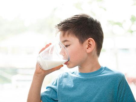چرا خوردن شیر برای بچه ها ضروریست؟