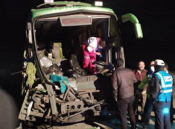 تصادف اتوبوس با کامیون در جاده قدیم قم 22 مصدوم برجای گذاشت